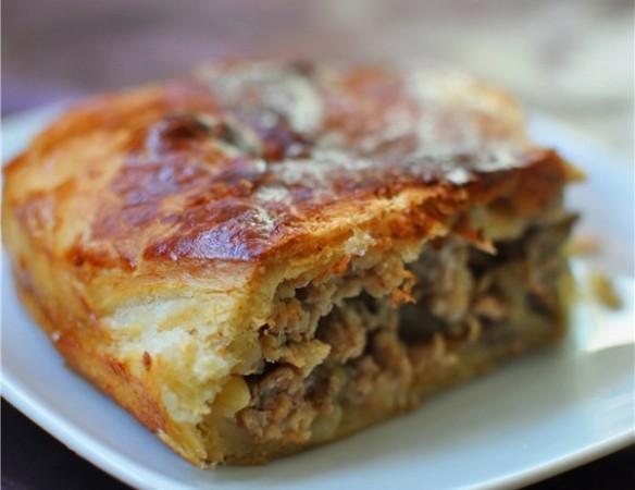 балканский пирог с мясом и запеченными баклажанами